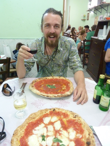 The best pizza in town (gypsy guitarists just out of picture) - Di Mateos, Napoli